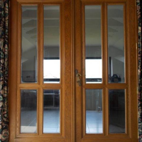 alte belgische Eiche Doppelflügeltür aus Holzfachwerkhaus mit facettierten Gläsern in Metallständerwand mit geteiltem Ständer