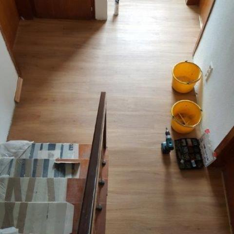 Flurboden mit Anarbeiten der Türübergänge unter den Türblättern (1 Raum 1 fußbodenoptik)