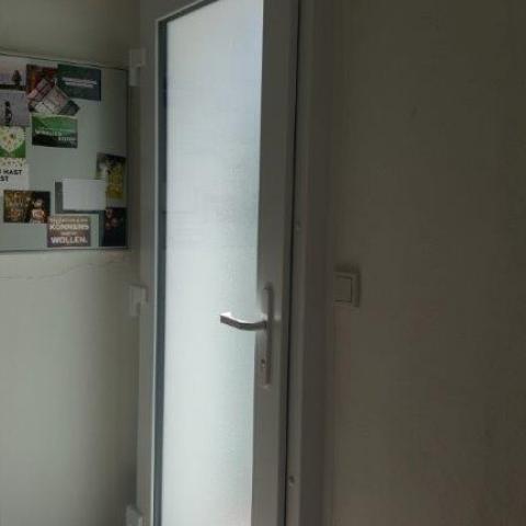 Haustür Kunststoff weiss innen aufliegend auf Wand