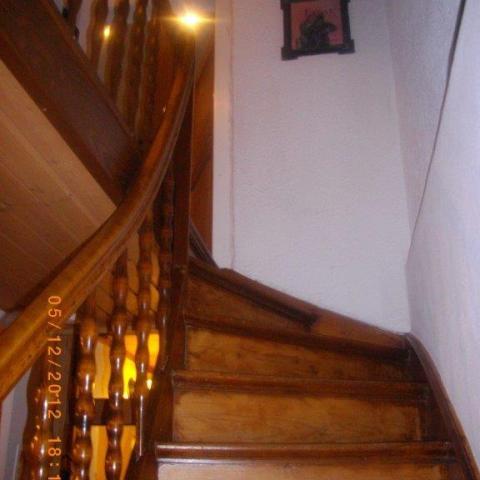 Ansicht auf historischen Treppenlauf mit Setzstufen
