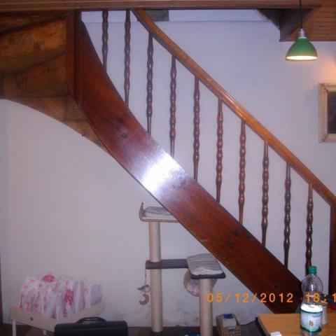 überarbeitete historische viertelgewendelte Treppe