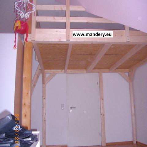 Hochbett mit Ansicht Zugangstür zum Raum + Geländeran Dachschräge