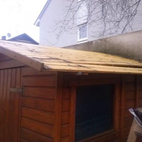 beschädigte Dachfläche mit Problemen im Unterbau