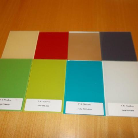 Farbmusterauswahl für Küchenrückwände in lackiertem Glas mit Aussparungen für Steckdosen etc.
