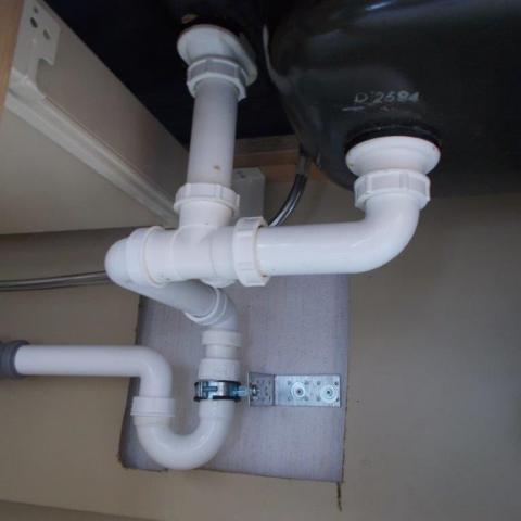 Abflußeinheit unter dem Waschbecken