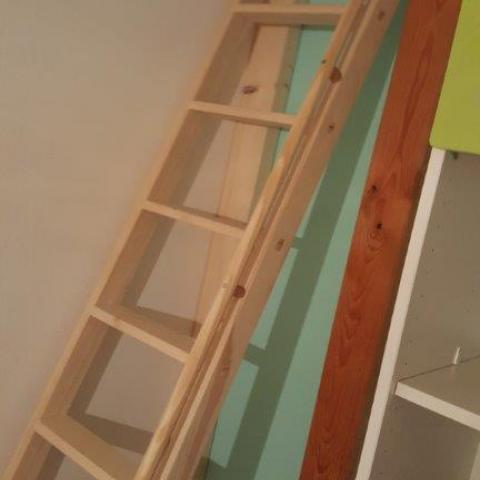 pädiatrischer Handlauf auf Leiter mit breiten Trittstufen