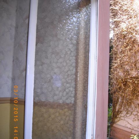 Fenster >100 jahre alt, mit Holzaussteller und gerundetem Rahmenan der Öffnungsseite