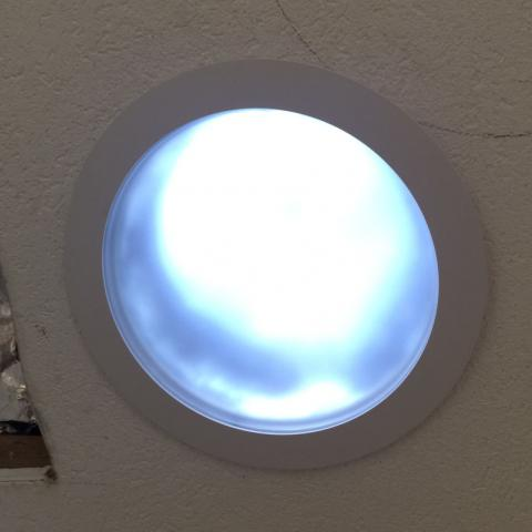 Lichtspot Innenseitig im Gebäude; ww. mit LED für Nachtzeiten als Leuchte