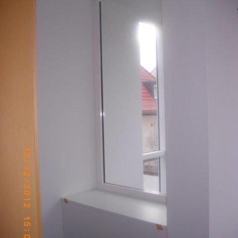 Sitzbank mit Absturzsicherung zur Treppe mit VSG in Aluminiumprofilen