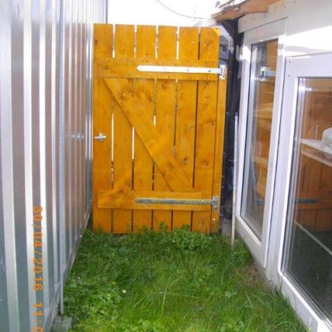 kleines einfaches Gartentor, mit Sichtfugen und in Qualität sägerauh