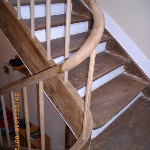 Handlaufkrümmling mit neuen Geländerstäben auf historischen Treppenlauf