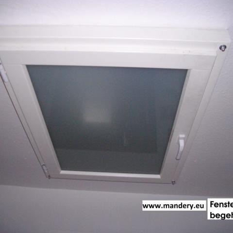 begehbares horizontales Fenster als Abschluss zu unbeheiztem Dachboden