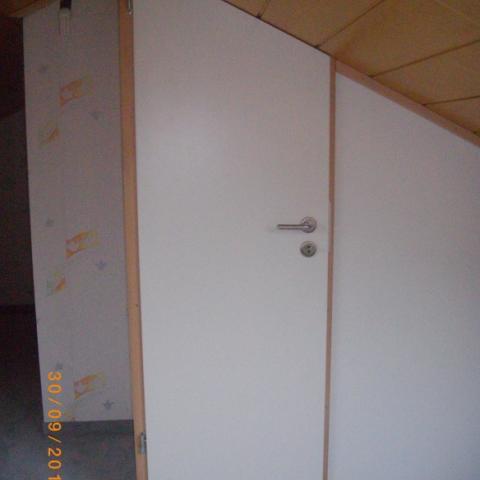 Trennwandsystem in 19 mm Dekorplatte mit angepaßter Zimmertür