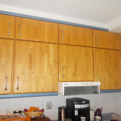 Küchenzeile in Erle massiv 24 mm honigfarben und geteilte Oberschränken