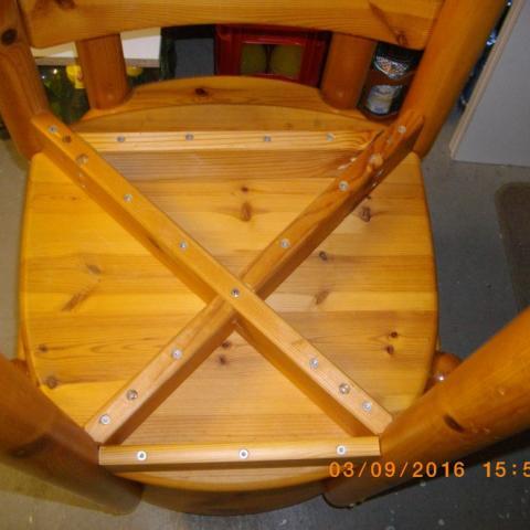Kieferstuhl mit Kreuzgestell nachträglich ausgesteift vorne und hinten