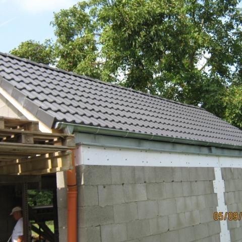 Garage mit Betondachsteineindeckung und Zinkeentwässerung