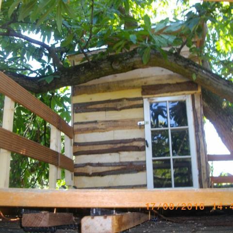 Baumhaus mit Schwarten verkleidet und Fliegensicher eingehaust