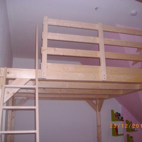 Hochbettkonstruktion unter Walmdach als Schlafplatz für 2 Kinder