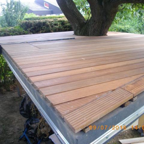 Terrassenfläche für Baumhaus als unregelmäßiges Vieleck