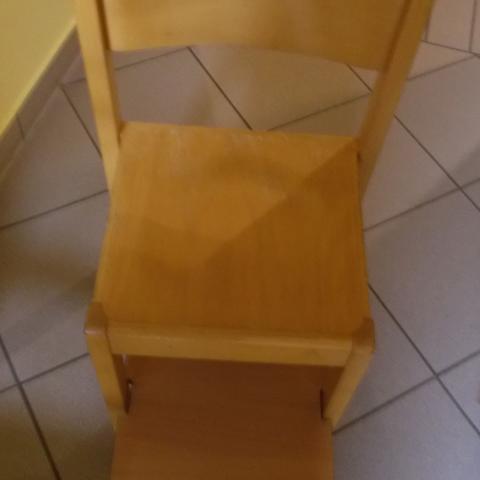 Stuhl und Fußbänkchen zum Erden der Kleinen
