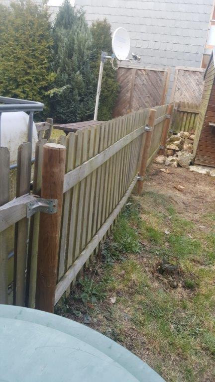 Gartenzaun gerichtet und verstärkt mit Lochblechen
